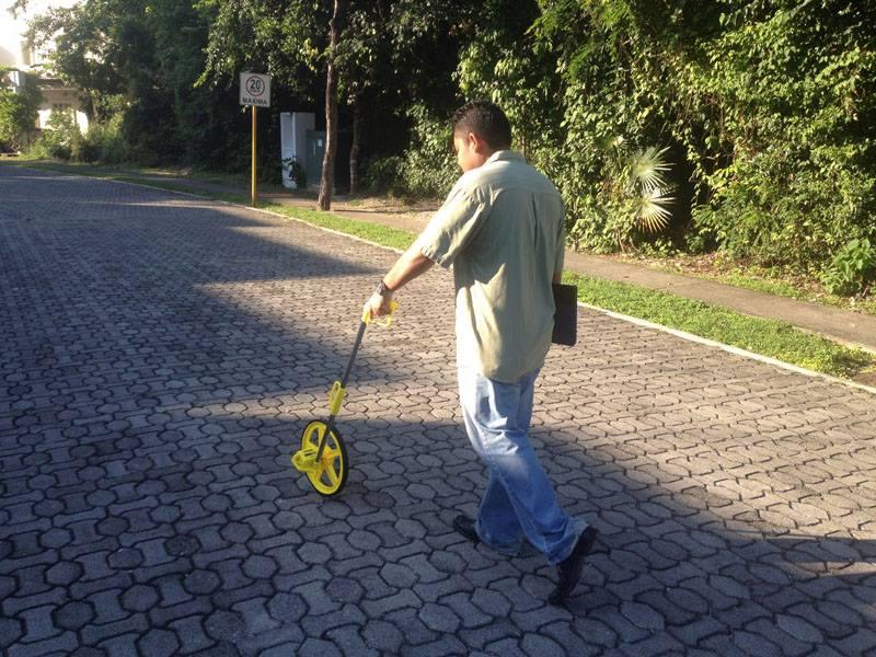 Hombre caminando con odómetro